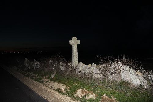 Cruz de piedra a la entrada de Piñuel