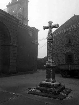 Cruz frente a la iglesia parroquial de Gáname de Sayago