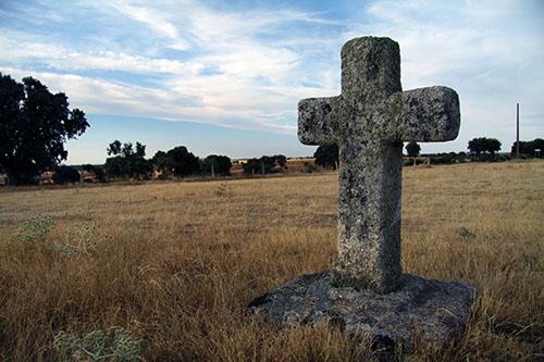 Bonita cruz a las afueras de Roelos