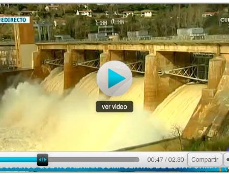 Presa de Villalcampo liberando agua