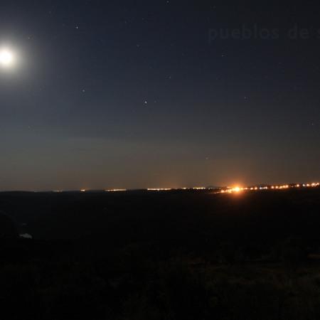 Vista nocturna de Freixiosa en Portugal. Desde la ermita del Castillo de Fariza