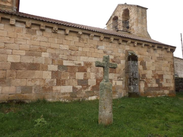 Crucero junto al muro lateral de la Iglesia de la Natividad (Mogátar)