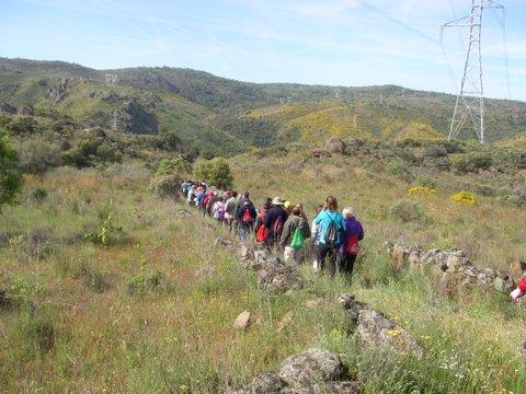 Los participantes en la ruta caminan hacia el arribe - Senderismo Fermoselle
