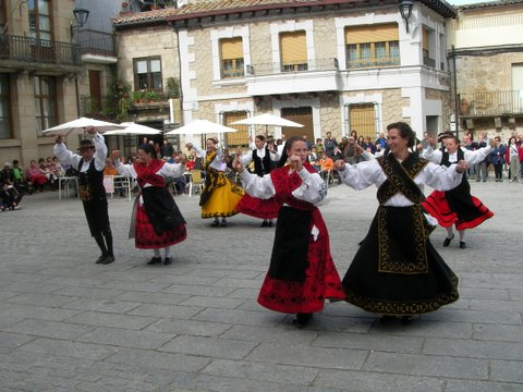 Muestra de folclore en la plaza mayor de Fermoselle