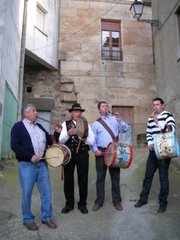 Tamborileros junto a la Peña El Pulijón