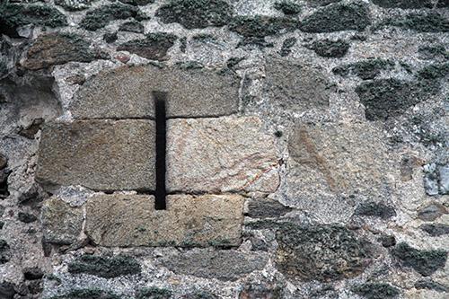 Detalle ventana en los muros de la fortaleza de Asmesnal