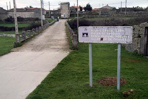 Cartel indicativo del puente medieval de Villamor de Cadozos