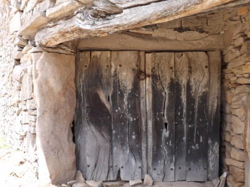 Portalada tradicional con puerta de madera y curioso cerrojo - Villamor de Cadozos