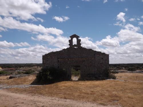 Restos del antiguo humilladero de Villamor de Cadozos