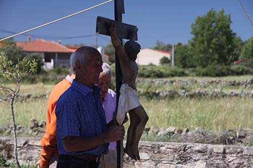 Vecino procesiona con imagen de cristo crucificado