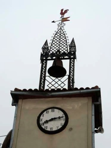 Detalle reloj y campana del Ayuntamiento de Moraleja de Sayago, Zamora
