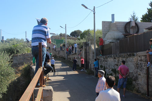 El público espera la bajada de los novillos en la cuesta de San Albín
