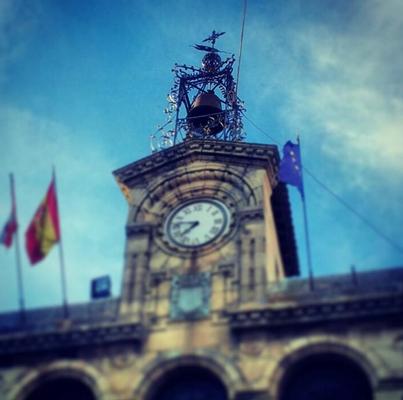 Reloj y campana del ayuntamiento de Fermoselle / Foto cortesía de Estefanía Dominguez (@elmentirote)