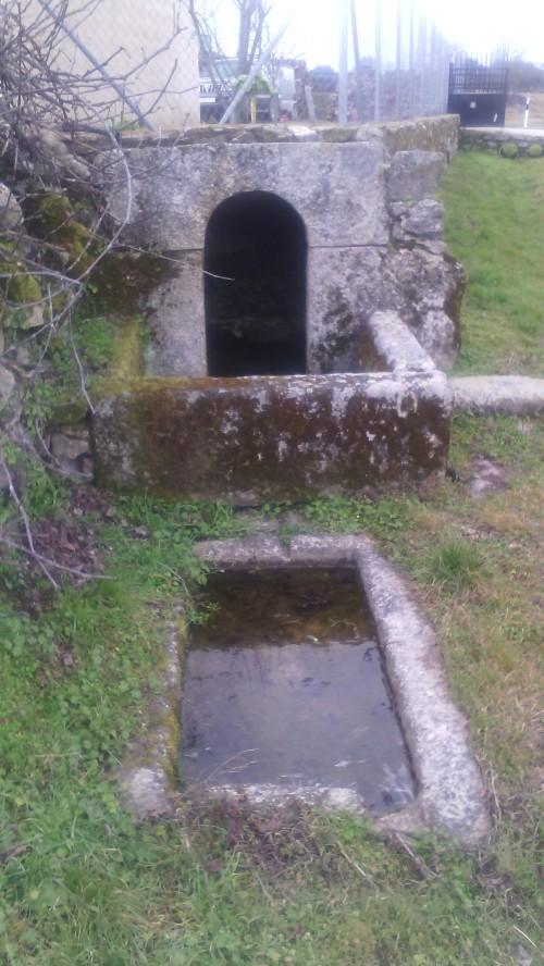 Fuente cerrada con pila para abrevar el ganado