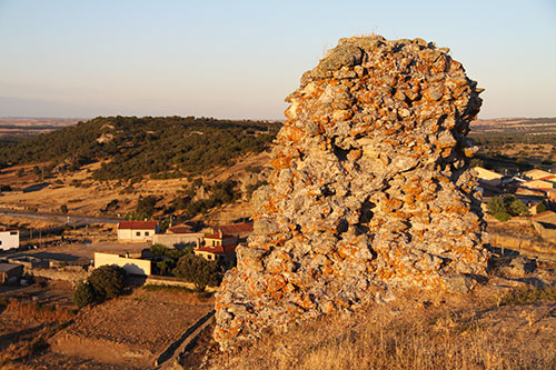 Restos de la muralla del Castillo de Peñausende