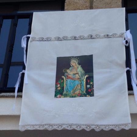 paño colgado en balcón con la imagen de la Virgen de la Bandera, patrona de Fermoselle (Zamora)