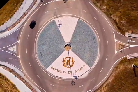 La rotonda de Bermillo decorada para la llegada de la vuelta / Fuente: La Mayuela en Twitter