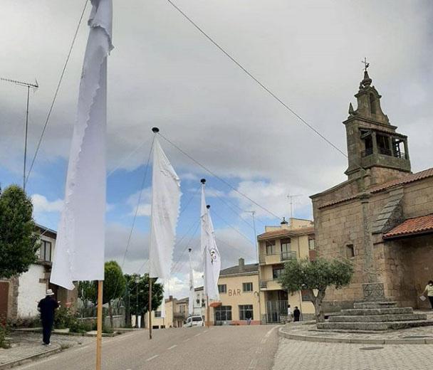 Pendones de la romería de los viriatos en Fariza. Cada uno de ellos procede de un pueblo cercano (Zafara, Badilla, Cozcurrita, Argañín, Mámoles, Palazuelo, Tudera y Fariza)