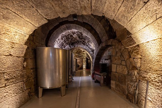 Sala de elaboración de la bodega Bruneo; bodega excavada en roca de granito en fermoselle, zamora