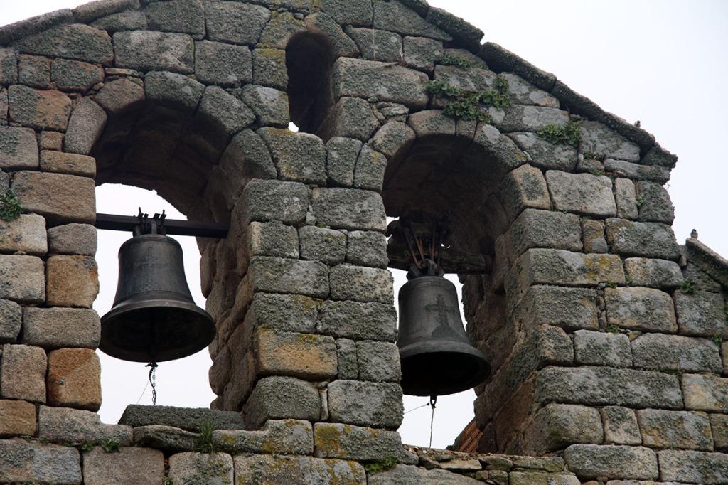 Campanario de la iglesia parroquial de Villamor de Cadozos, comarca de Sayago, Zamora. Espadaña con 2 campanas